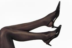 Beine in dunkelbrauner Feinstrumpfhose