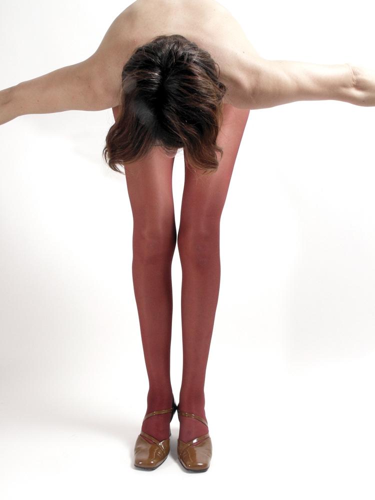 Frau in roter Feinstrumpfhose