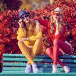 Strumpfhosenfotos mit buntem Herbstlaub