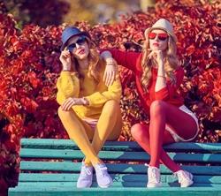 Foto von zwei Frauen in Strumpfhosen auf einer Bank