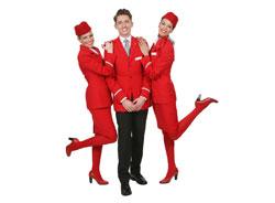 Zwei weibliche und ein männlicher Flugbegeliter von Austrian Airlines