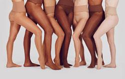 Sieben Frauen in hautfarbenen Strumpfhosen