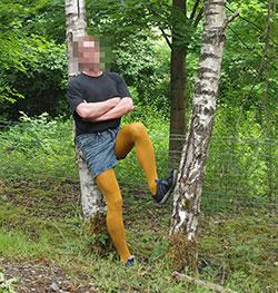 Ein Mann in einer gelben Strumpfhose