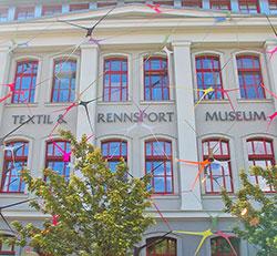 Strumpfhosenkunst am Textil- und Rennsportmuseum